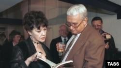 Белла Ахмадулина и Егор Яковлев. 1996. Фото Виктора Великжанина, ИТАР-ТАСС