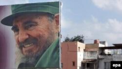 Клинтон и Обама не оценили поддержку команданте (на плакате). Оба выступают за смену режима на Кубе, хотя и разными способами