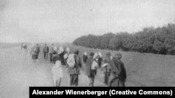 Украинские крестьяне покидают деревню во время Голодомора. Фото сделано австрийским военнопленным Александром Винербергером в 1933 году.