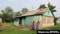 Дети Зулкайнара Ергашева перед домом, который семья арендует. Село Покровка, 21 июля 2016 года.