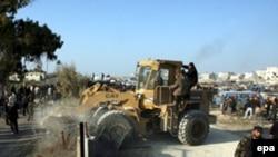 صدها فلسطينی پس از شکسته شدن بخشی از ديوار مرزی با بولدوزر از مرز عبور رفح کردند