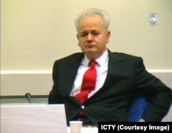 Гаага трибуналында отырған Слобадан Милошевич.