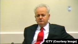 Miloševićevo nasilje nad Albancima je faktor koji pravi veliku razliku između slučaja Katalonije i Kosova: Slobodan Milošević u Hagu