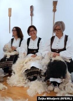 Na tradicionalnom narodnom sijelu čule su se gusle, a žene su uz pjesmu čupale vunu