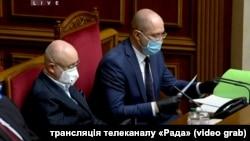 Прем'єр-міністр України Денис Шмигаль (п) у Верховній Раді під час внесення змін до бюджету 2020 року