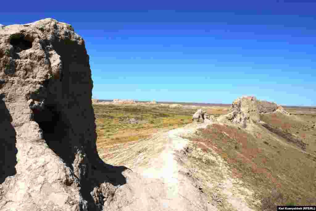 Сауран қаласы орнын аралауға келген туристер қамалдың үстін таптап соқпақ қылып тастағаны байқалады.