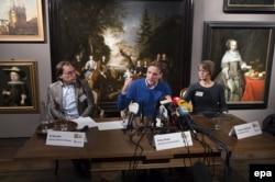 Пресс-конференция в музее Хоорна 7 декабря. Слева направо: Эд Гирдинк, директор музея, Артур Бранд, мэр Хоорна Ивонна ван Мастрихт