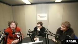 Андрей Некрасов (слева) и Ольга Конская (справа) дают интервью корреспонденту Радио Свобода Дмитрию Волчеку