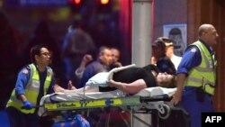 Після штурму з кав'ярні виносять одну з поранених, Сідней, 15 грудня 2014 року
