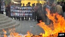 """""""Ата Журт"""" партиясынын кеңсесинин алдындагы нааразылык, Бишкек, 6-окятбрь."""
