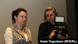 Людмила Экзархова, автор фильма «Жизнь с мукополисахаридозом», справа — оператор фильма Виктор Гудзь. Алматы, 29 февраля 2016 года.