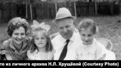 Никита Хрущёв с внучкой Юлией и правнучками Ксенией и Ниной