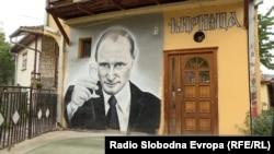 Mural me portretin e Vladimir Putinit, në një objekt në Mitrovicën Veriore.