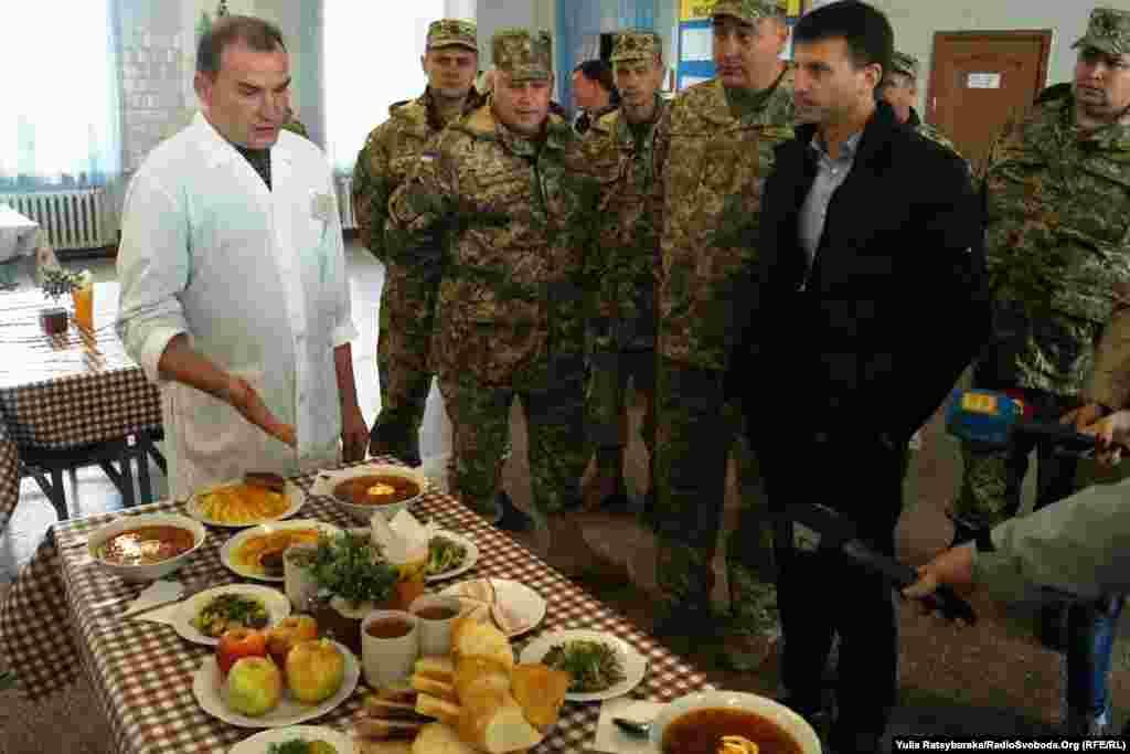 У їдальні журналістам демонструють обід військового