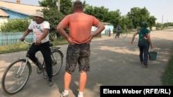 Жителям села Сарытобе в Карагандинской области власти обещают провести централизованное водоснабжение еще с 2013 года.
