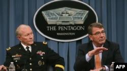 Глава Объединенного комитета начальников штабов генерал Мартин Демпси и министр обороны США Эштон Картер во время пресс-конференции