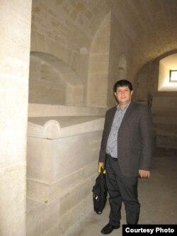 Şahvələd Çobanoğlu Parisdə Hügo-nun məzarını ziyarət edir.