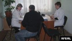 Пациент на приеме у врачей. Семей, февраль 2010 года. Иллюстративное фото.