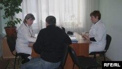 Мужчина на приеме у медиков в поликлинике. Иллюстративное фото.