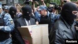 Membri serviciilor de securitate părăsesc apartamentul lui Navalnîi după percheziția efectuată luni