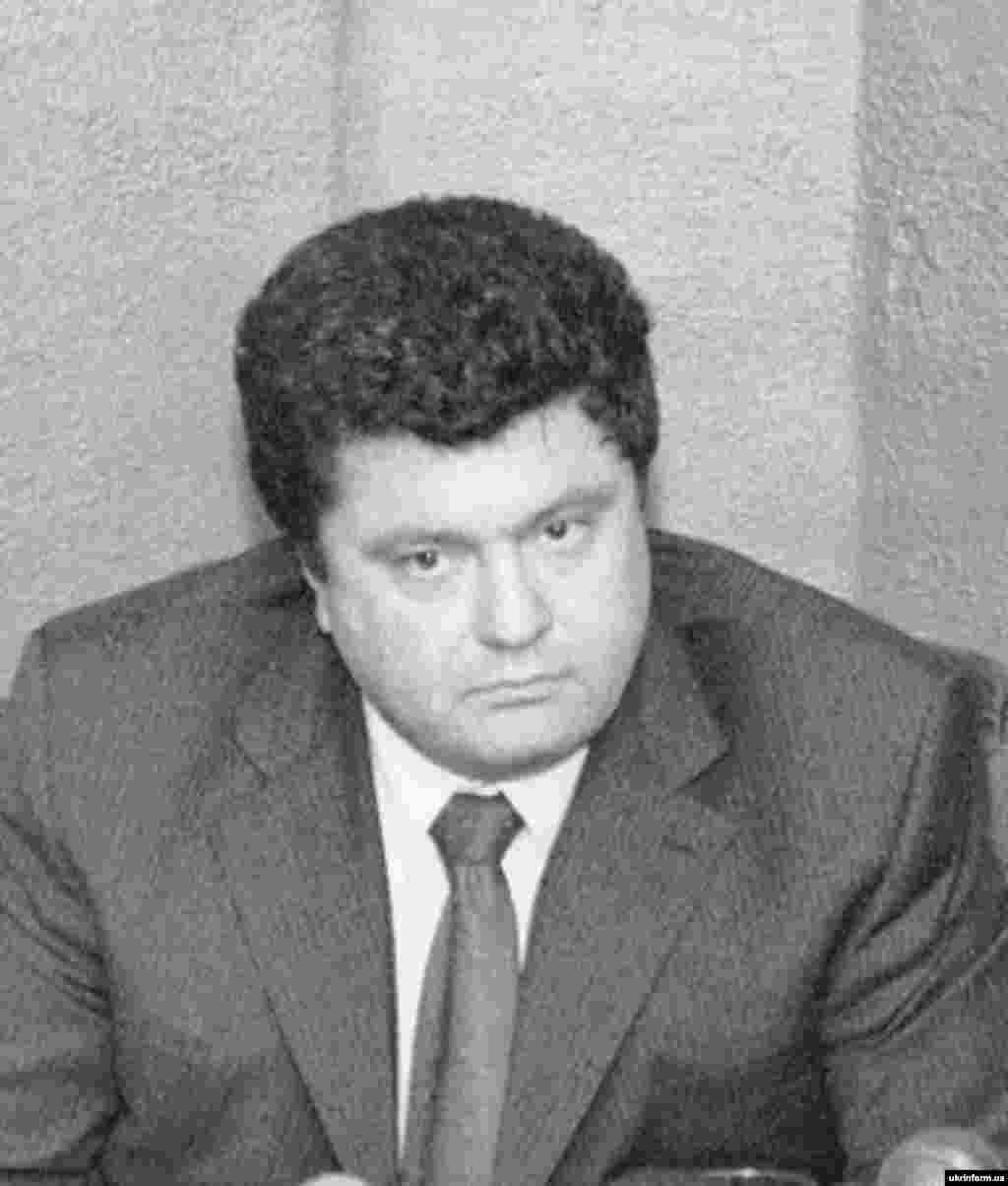 """На пресс-конференции, которая состоялась 16 ноября 2000 года, руководители пяти украинских политических организаций объявили о намерении объединиться в единственную политическую силу. Среди них и партия """"Солидарность"""", лидером которой до сих пор является Петр Порошенко"""