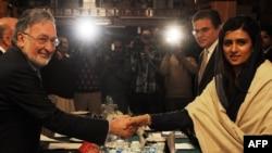 د پاکستان بهرنیو چارو وزیره حنا ربانی کهر له خپل افغان سیال زلمي رسول سره په اسلام اباد کي روغبړ کوي. 30Nov2012