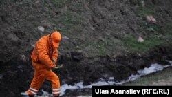 На месте крушения самолета-топливозаправщика в Панфиловском районе Чуйской области, 3 мая 2013 года.
