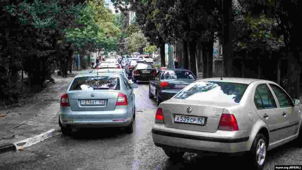 Дождь закончился – и Ялта встала в сплошной пробке. Центральные улицы заполонили колонны автомобилей. Передвигаться пешком– проще и быстрее