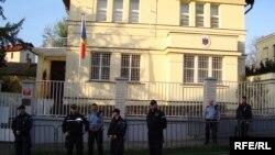 Tineri moldoveni protestează la ambasada Moldovei de la Praga