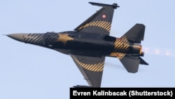 An F-16 fighter jet takes part in an aerobatic performance in Turkey.