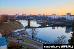 Кіраўскі (Дзьвінскі) мост і Дзьвіна з вышыні Ўсьпенскай гары