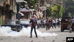 شرطة مكافحة الشغب المصرية تطلق قنابل مسيلة للدموع بإتجاه موالين للرئيس المعزول محمد مرسي في القاهرة