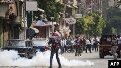 Policia përdorë gaz lotsjellës derisa mbështetësit e Morsit dhe kundërshtarët e tij përleshen në qendër të kryeqytetit Kajro