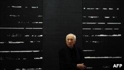 پیر سولاژ نقاش ابستره در کنار یکی از آثارش