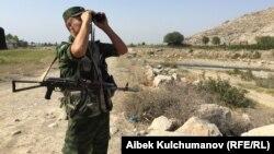 Пограничник в Баткенской области. Иллюстративное фото.