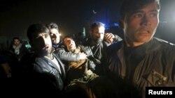 Із місця вечірнього вибуху виносять пораненого, Кабул, 4 січня 2016 року