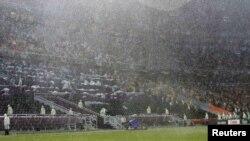«Тропічна» злива, яка змусила відкласти другий тайм матчу Україна – Франція 15 червня 2012 року. Газон «Донбас-Арени» був готовий до продовження гри за лічені хвилини після завершення рясних опадів