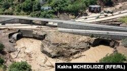 Автотрасса, из-за которой, как предполагается, последствия наводнения в Тбилиси многократно усугубились