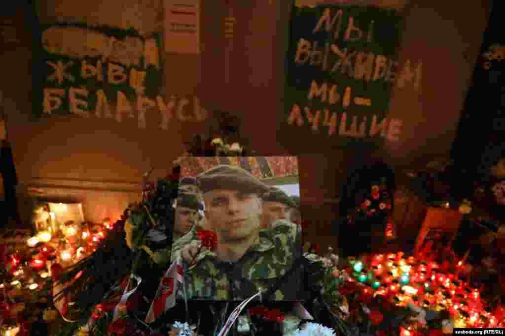 Фотография Романа Бондаренко. На табличке слева написано: «Жыве Беларусь», а справа – «Мы выживем, мы лучшие»