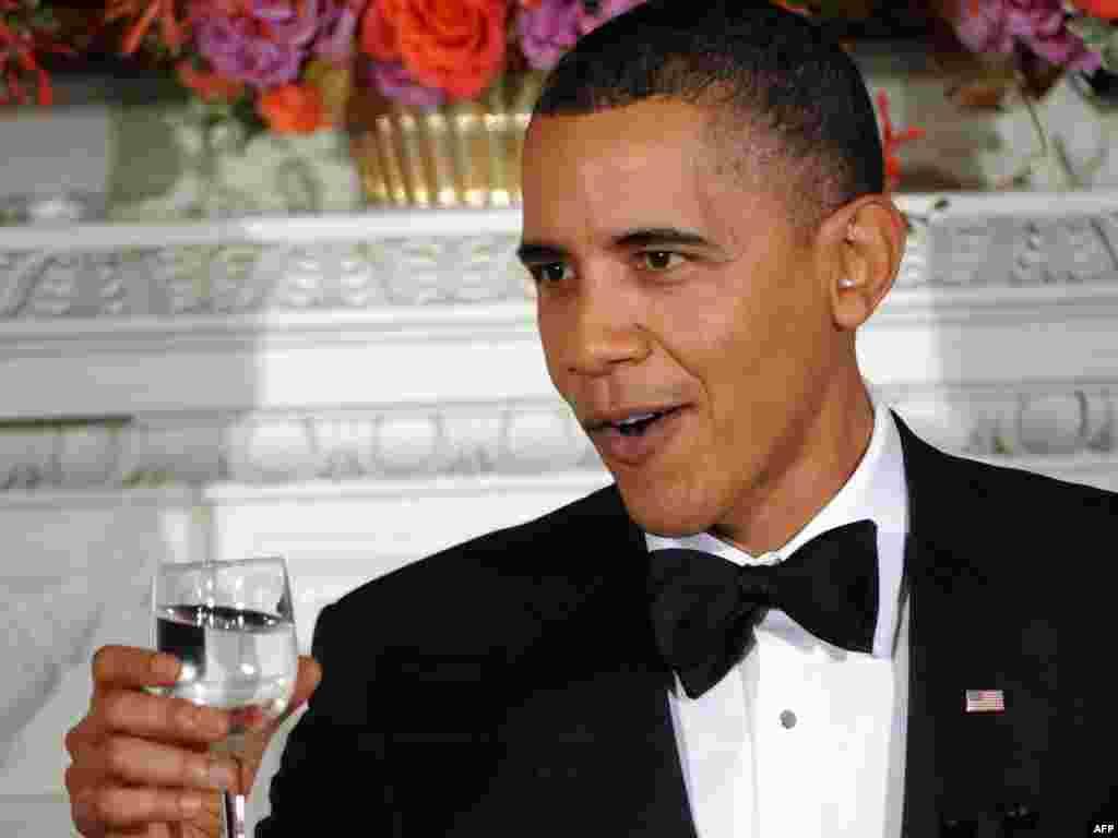 ЗША, Вашынгтон: Прэзыдэнт ЗША Барак Абама гаворыць тост на штогадовым балі губэрнатараў у Белым доме.