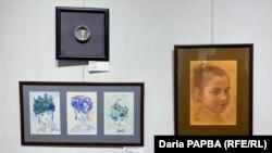 Нижняя слева – «Триптих из серии иллюстраций к стихам А.С. Пушкина для детей» (Куараса Черкезия); справа – «Портрет Эдельки» (Руслан Чхамалия)