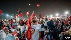 Төңкеріс жасауға жоспары іске аспай қалғаннан кейін бүлікшілерге қарсы шеруге шыққан жұрт. Стамбул, 7 августа 2016 года.