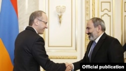 Премьер-министр Армении Никол Пашинян (справа) и посол Швейцарии в Армении Стефано Лазарото, Ереван, 15 февраля 2019 г.