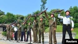 Солдаты всех родов войск Корейской народной армии на церемонии в Пхеньяне