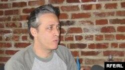Jon Stewart u razgovoru sa novinarom RSE Bruceom Jacobsom, 28. mart 2006.