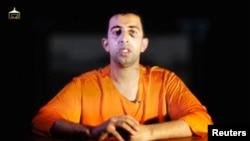"""""""Ислам мемлекеті"""" тобы содырларының иорданиялық ұшқыш Муаз әл-Касасбехті өлтірер алдындағы видеосынан скриншот. 3 ақпан 2015 жыл."""