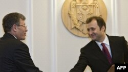Mihai Ghimpu şi Vlad Filat după aprobarea guvernului
