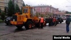 Муниципальные службы демонтируют асфальт уложенный к визиту Патриарха Кирилла в Барнауле