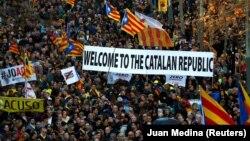 Протест в Барселоне в поддержку каталонских лидеров, представших перед судом в Мадриде. 16 февраля 2019 года.