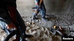 آرشیف، جسد یک مخالف مسلح حکومت افغانستان که در درگیری با نیروهای افغان کشته شدهاست.
